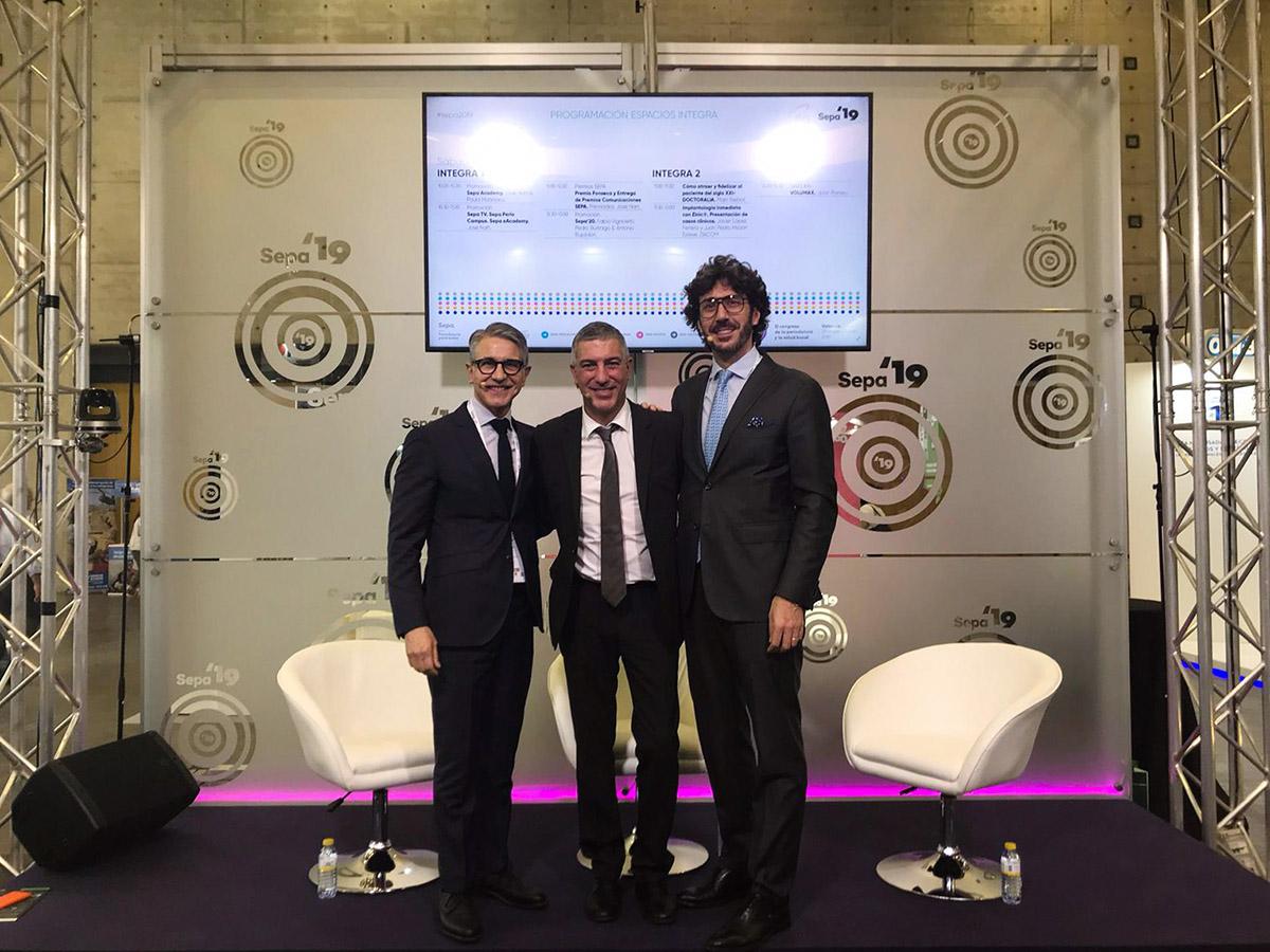 El Dr. Buitago, nombrado coordinador de SEPA Gestión de SEPA Málaga 2020, junto al presidente de SEPA, el Dr. Antonio Bujaldón, y el próximo coordinador de SEPA Periodoncia, Dr. Fabio Vignoletti.
